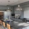Wir haben eine Landhausküche gebaut, die keine Wünsche unerfüllt läßt. Graugrün gefasst mit Belgisch Blaustein